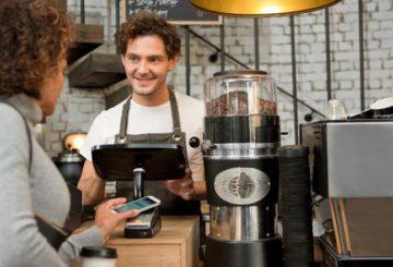 Στο Ηνωμένο Βασίλειο, το ένα τέταρτο (26%) της χώρας έχει χρησιμοποιήσει μία κινητή συσκευή για να πραγματοποιήσει αγορά σε κατάστημα. (φωτό: Visa)