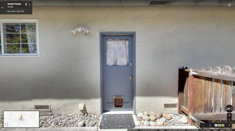 Η πλαϊνή μπλε πόρτα στο γκαράζ της Google, στη Santa Margerita, στο Palo Alto