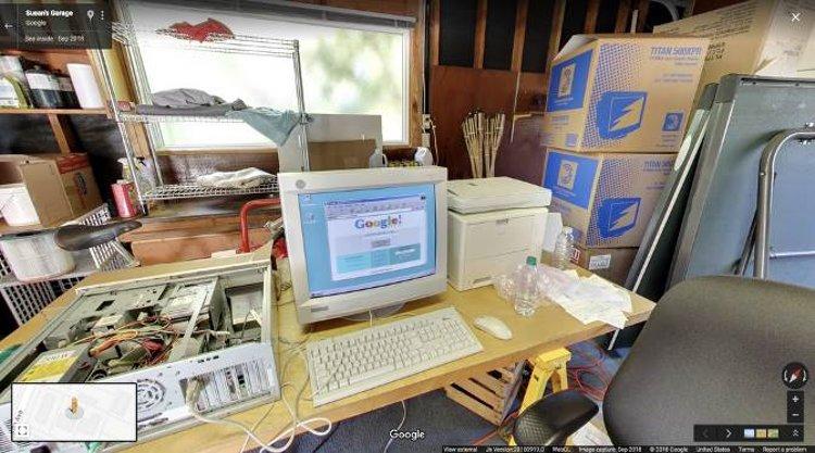 Υπολογιστής του 1998 στο γκαράζ της Google με το παράθυρο στον Web browser στην Αναζήτηση Google.